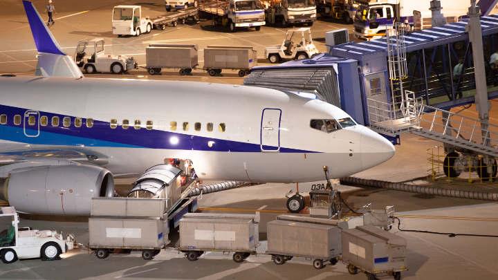 お客様に代わり荷物を日本へ発送します。
